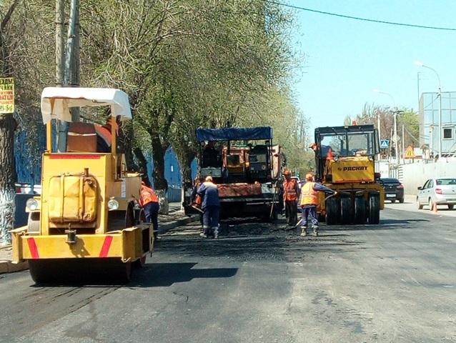 На улице Кубанской в Волгограде приступили к асфальтированию проезжей части