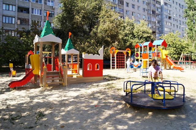 Во дворах Волгограда начали устанавливать детские площадки